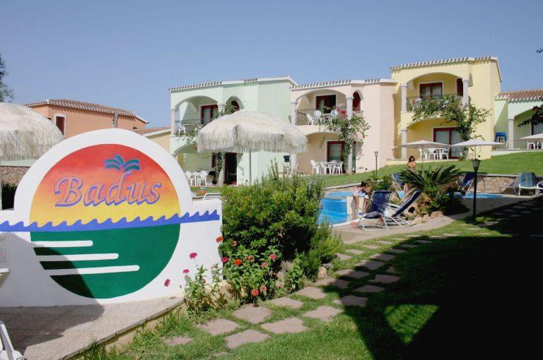 residence-badus-ingresso-piscina-01